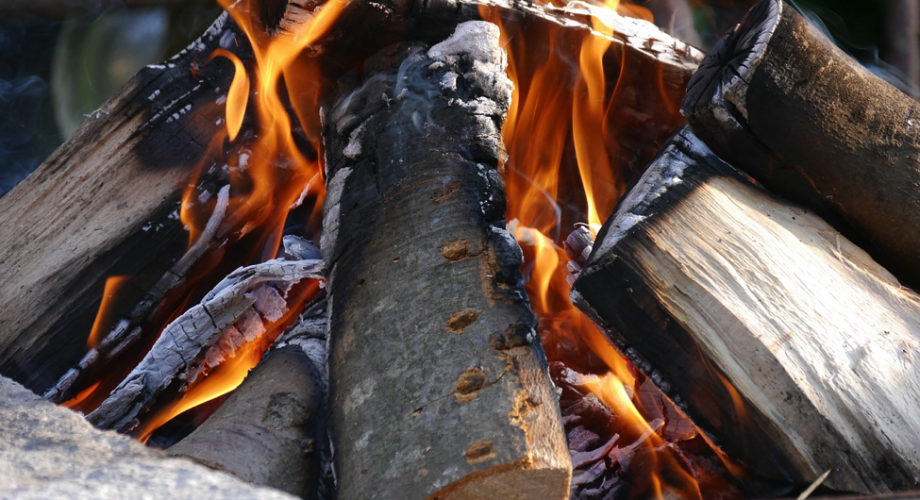 HOW TO SPLIT WOOD FOR A CAMPFIRE